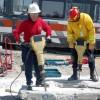 Praca robotników młotami pneumatycznymi