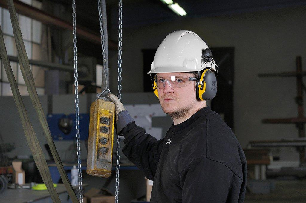 Pracownik w odzieży ochronnej2